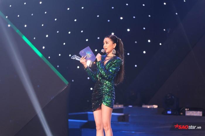 Cô không giấu được sự xúc động khi nhận giải thưởng Nữ ca sĩ của năm.