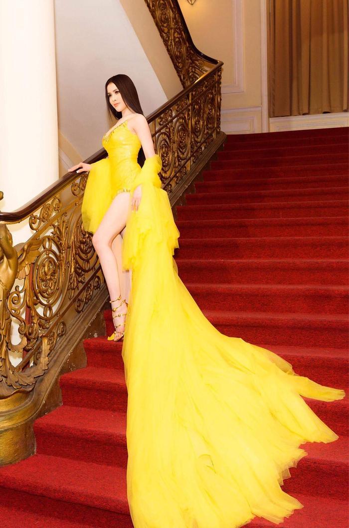 Chiếc váy có phần đuôi hoàn toàn trái ngược với phần thân trước ngắn, cao.. khoe trọn đôi chân dài miên man.