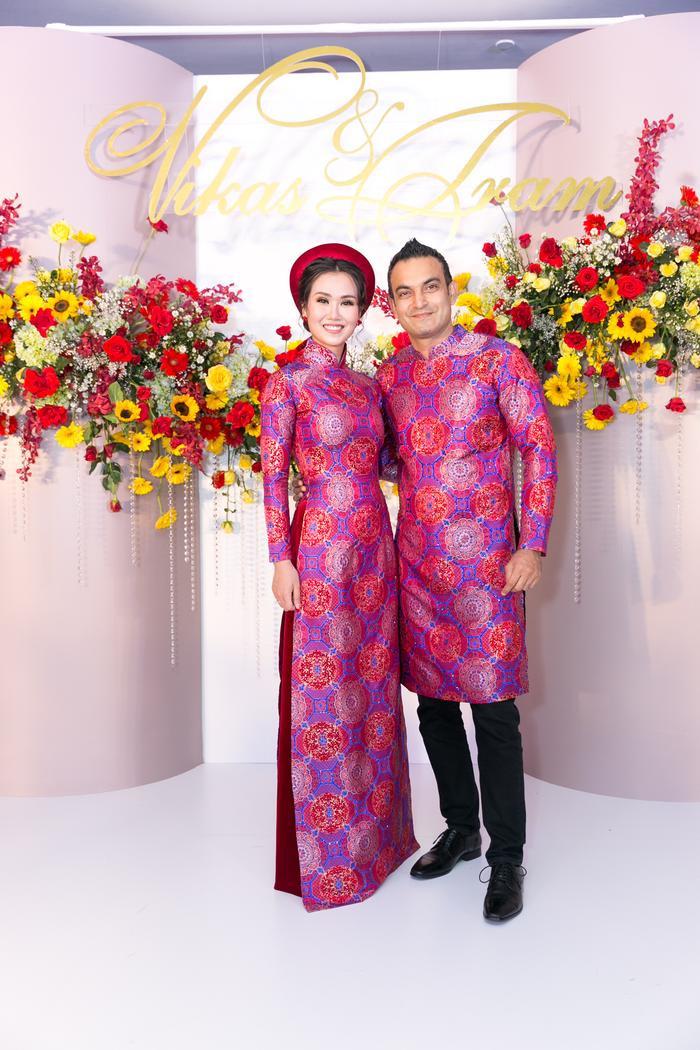 Về áo dài mặc đón khách tại tiệc cưới, NTK Nhật Dũng lại chọn gam màu đặc trưng của văn hóa Ấn Độ là màu đỏ mận và xanh hoàng gia.