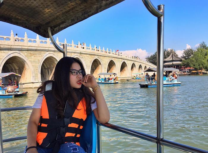 Đi thuyền dạo trên hồ trong Di Hòa Viên
