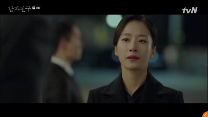 Thư ký của Soo Hyun thông báo về sự vắng mặt của cô.