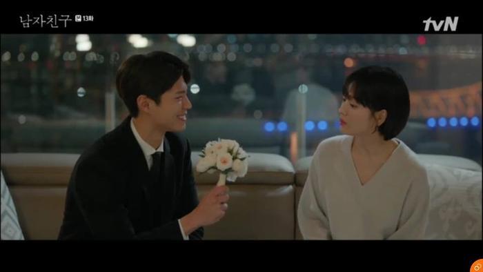 Jin Hyuk tặng Soo Hyun bó hoa cưới.