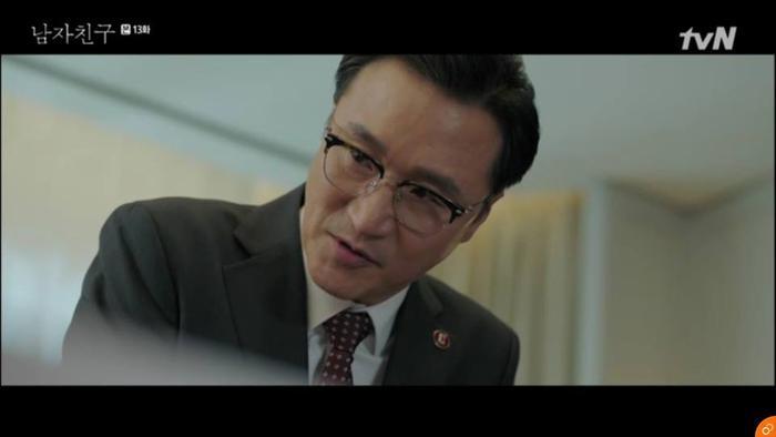 Giám đốc Choi bị đuổi việc.