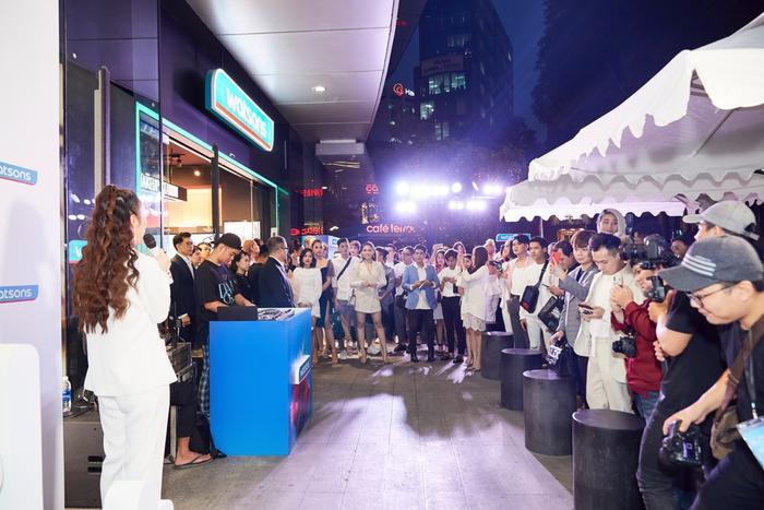 Sự kiện có sự góp mặt của hơn 100 gương mặt nổi tiếng.