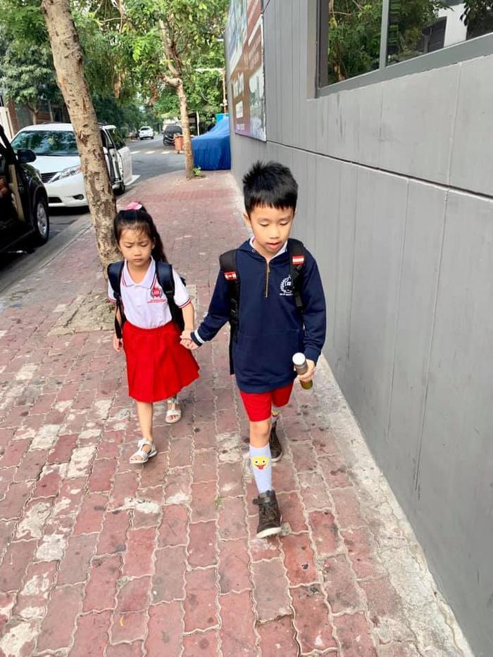 Anh trai dẫn em gái đi hộc khi cô nhõng nhẽo