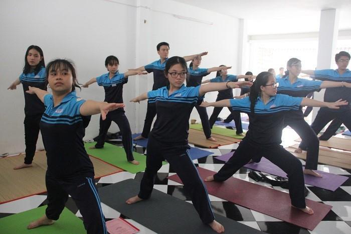 Các bạn học sinh hào hứng với môn học Yoga. Ảnh: Giáo dục Thời đại.
