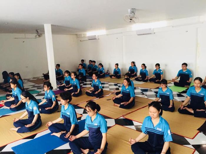 Học sinh lớp 12 trường Bùi Thị Xuân học Yoga. Ảnh: Dân trí.