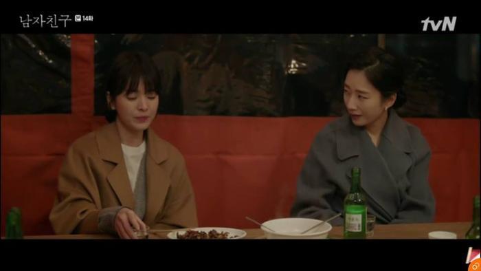 Soo Hyun cùng thư kí thân thiết tâm sự.