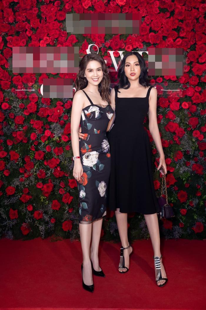 Tham dự sự kiện còn có Ngọc Trinh, cả hai đều khiến khán giả mê mẩn chẳng rời khi thả dáng trong những chiếc váy hai dây đơn giản.