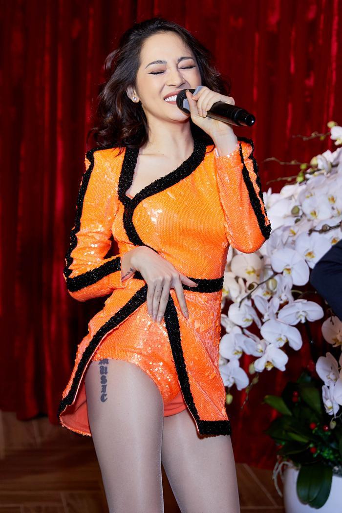 Bảo Anh thể hiện một ca khúc sôi động, cô nàng trông năng động, trẻ trung với jumpsuit màu cam sequin cực ngắn khoe hình xăm gợi cảm.