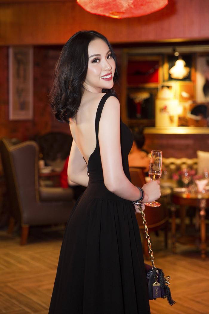 Đặc biệt, thiết kế có phần sau xẻ, càng giúp khoe khéo tấm lưng trắng nõn nà của cô nàng.