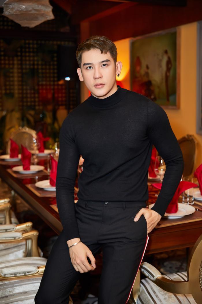 Chẳng cần cầu kỳ, chỉ với set đồ đen đơn giản, người mẫu Minh Trung đã cực kỳ nổi bật.