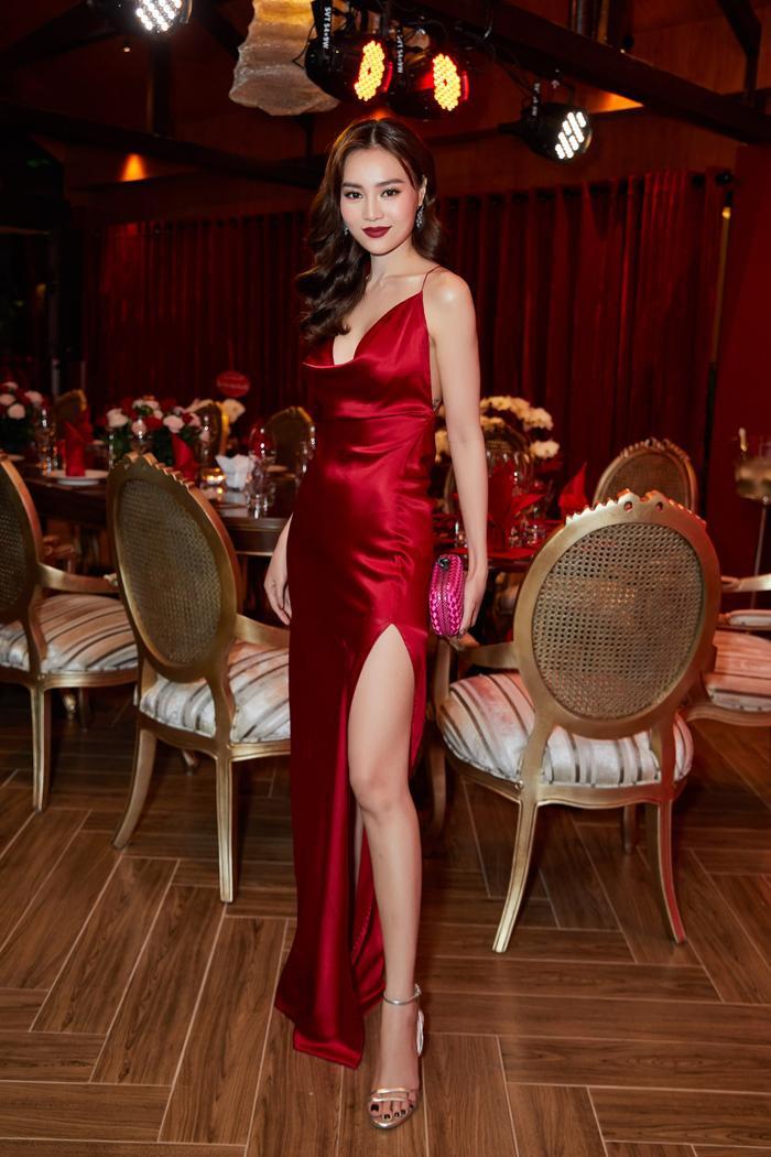 Ninh Dương Lan Ngọc hóa nữ hoàng đêm tiệc với chiếc váy đỏ, xẻ cao tít tắp.