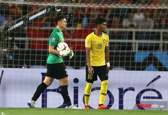 Đặng Văn Lâm chống bóng bổng khá kém vì chơi quá an toàn, thiếu sự chủ động trong các pha ra vào.