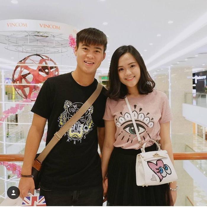 Ngoài việc giỏi giang và xinh xắn, đáng yêu, cả Duy Mạnh lẫn bạn gái Quỳnh Anh đều sở hữu nhiều món hàng hiệu đắt giá khiến bao người ganh tỵ.