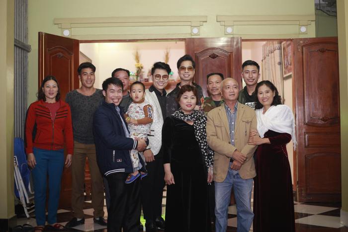 Cả hai ghé thăm gia đình Duy Cường trước giờ tổ chức liveshow buổi tối.