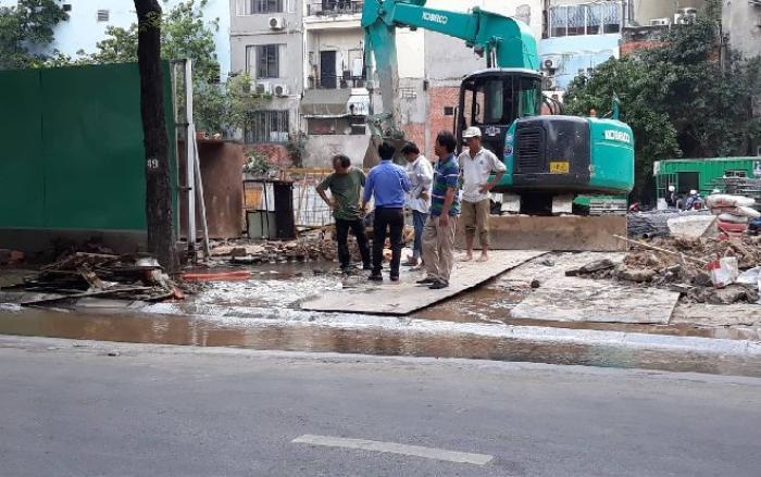 Vỡ đường ống dẫn, nước sạch tuôn ào ạt ra đường hàng giờ liền ở Sài Gòn