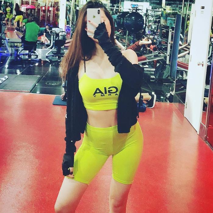 Hot girl 'Quỳnh búp bê' bỗng mập trông thấy khi mặc quần bó sát