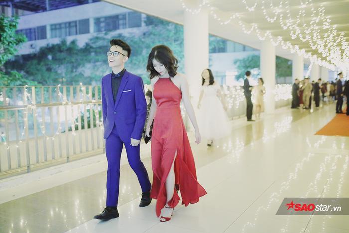 Các bạn trẻ tham dự dạ tiệc đều tuân thủ quy định về trang phục, nam mặc vest, nữ mặc đầm dạ hội.