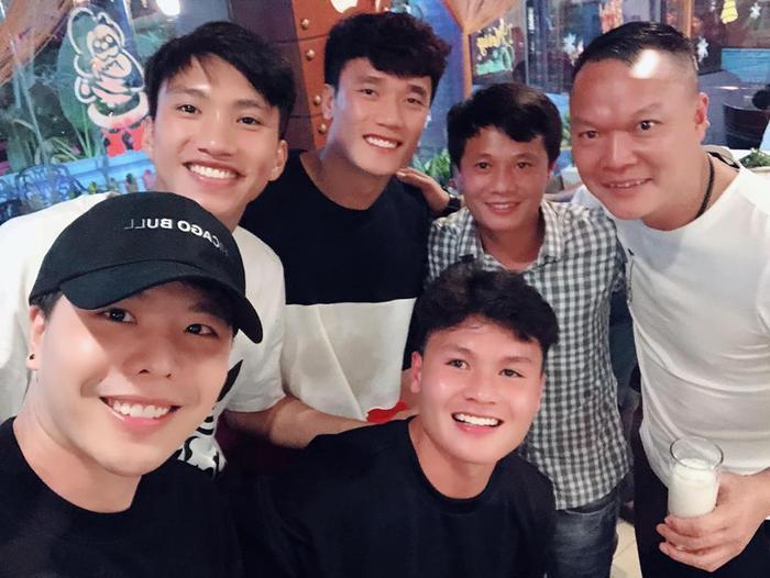 Trịnh Thăng Bình cùng các cầu thủ Đội tuyển Quốc gia Việt Nam: Đoàn Văn Hậu, Bùi Tiến Dũng, Quang Hải…