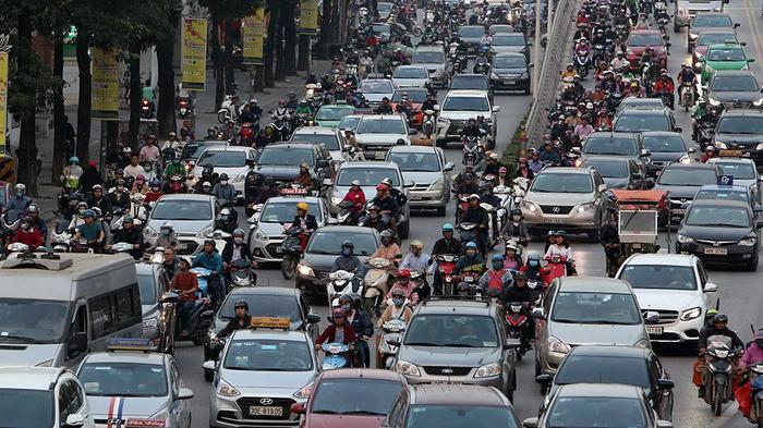 Đường phố Hà Nội đông đúc bất kể giờ giấc.