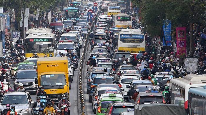 Đi hết quãng đường tắc này, người dân lại phải đối mặt với khung cảnh tắc nghẽn trầm trọng khác.