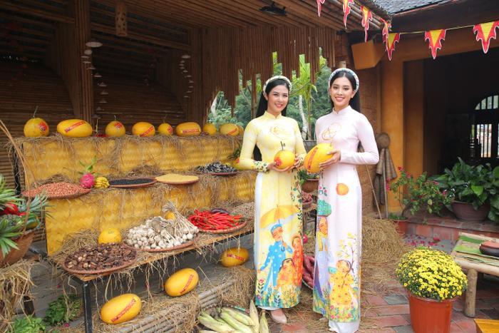Hoa hậu Ngọc Hân và Tiểu Vy cùng đọ sắc trong tà áo dài họa tiết rực rỡ.