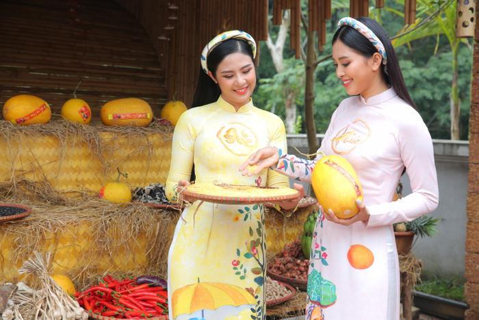 Trong khi nàng hậu Ngọc Hân diện tà áo dài vàng rực rỡ thì Tiểu Vy diện áo trắng tinh khôi.
