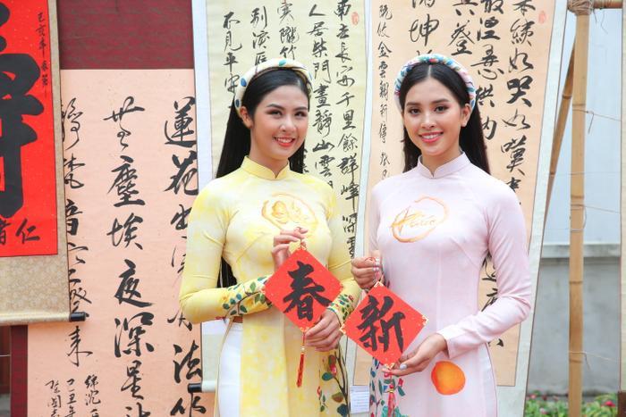 Cả hai chọn tông trang điểm nhẹ nhàng phù hợp với trang phục.