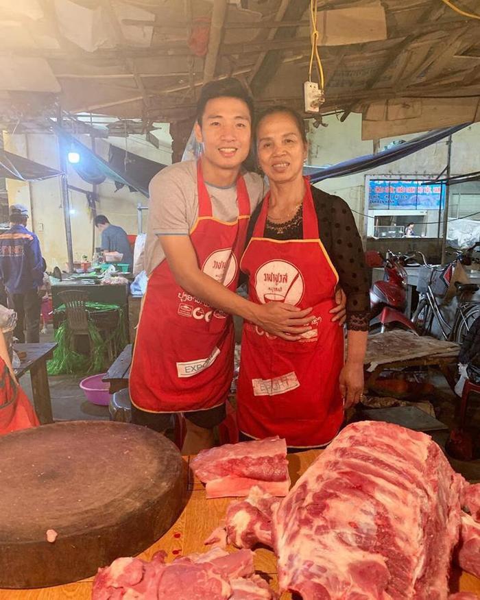 30 Tết, Bùi Tiến Dũng theo mẹ ra chợ bán thịt lợn