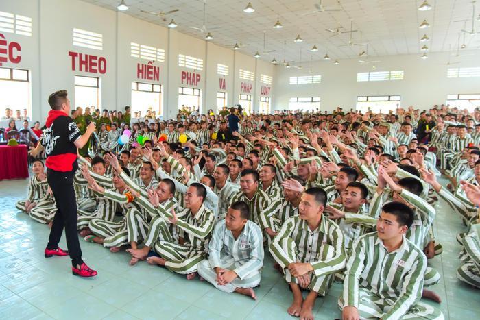 Bức ảnh chia sẻ mạnh mẽ ngày đầu năm: Mr. Đàm hạnh phúc hát mừng Xuân tại trại giam ảnh 8