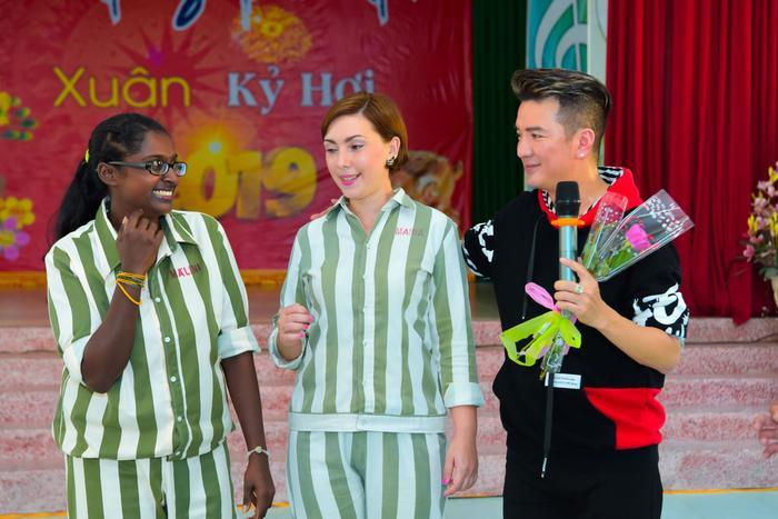 Bức ảnh chia sẻ mạnh mẽ ngày đầu năm: Mr. Đàm hạnh phúc hát mừng Xuân tại trại giam ảnh 9