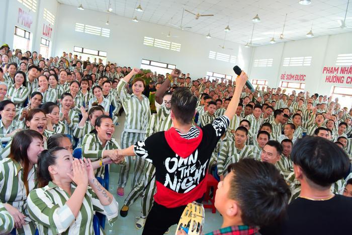 Bức ảnh chia sẻ mạnh mẽ ngày đầu năm: Mr. Đàm hạnh phúc hát mừng Xuân tại trại giam ảnh 7