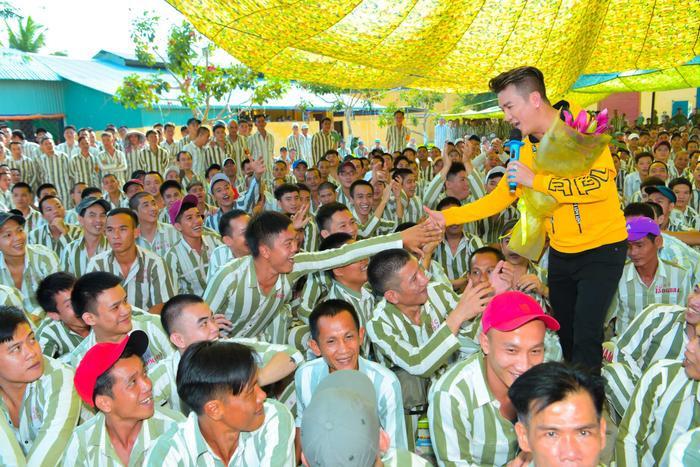 Bức ảnh chia sẻ mạnh mẽ ngày đầu năm: Mr. Đàm hạnh phúc hát mừng Xuân tại trại giam ảnh 1