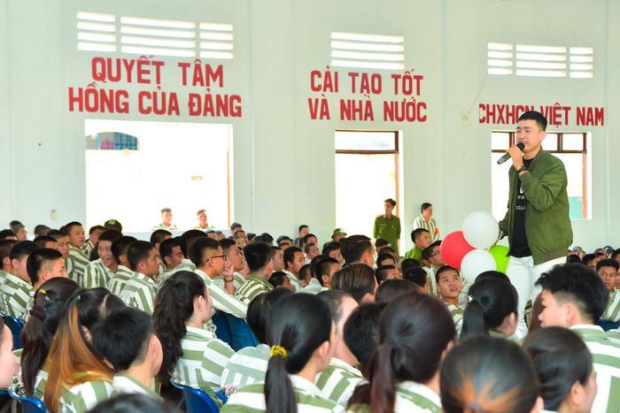 Bức ảnh chia sẻ mạnh mẽ ngày đầu năm: Mr. Đàm hạnh phúc hát mừng Xuân tại trại giam ảnh 5