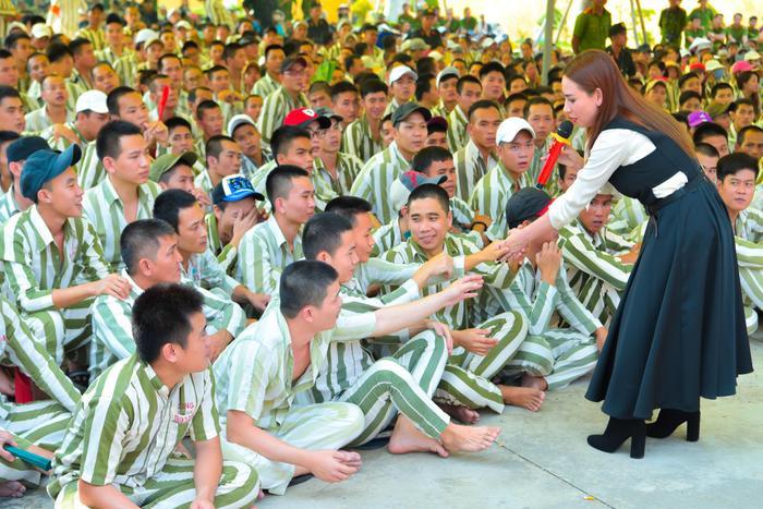 Bức ảnh chia sẻ mạnh mẽ ngày đầu năm: Mr. Đàm hạnh phúc hát mừng Xuân tại trại giam ảnh 15