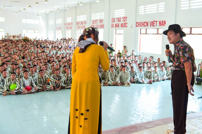 Bức ảnh chia sẻ mạnh mẽ ngày đầu năm: Mr. Đàm hạnh phúc hát mừng Xuân tại trại giam ảnh 16