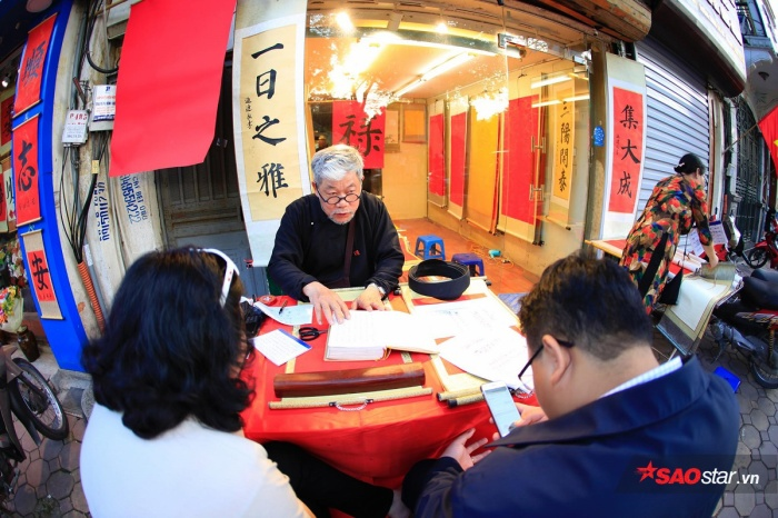Người dân có mặt tại Văn miếu Quốc tử giám từ rất sớm để xin chữ đầu năm.