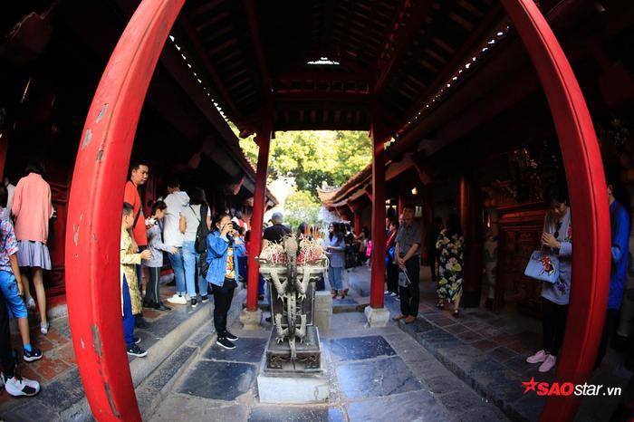 Người dân đến Văn Miếu Quốc tử giám từ rất sớm.