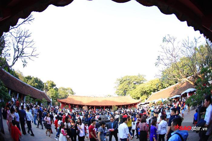 Rất đông người dân tập trung trước sân.