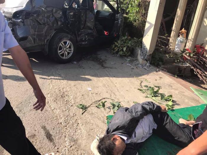 Chiếc xe con đi thăm người thân thì không may gặp tai nạn.
