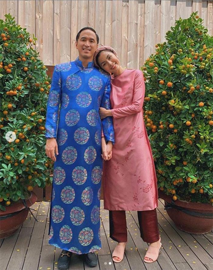 Mới đây, cô nàng vừa khiến mọi người thích thú không ngớt khi đăng tải bức ảnh chụp cùng chồng, trong đó cả hai đều diện áo dài, dựa đầu tình tứ vào nhau.