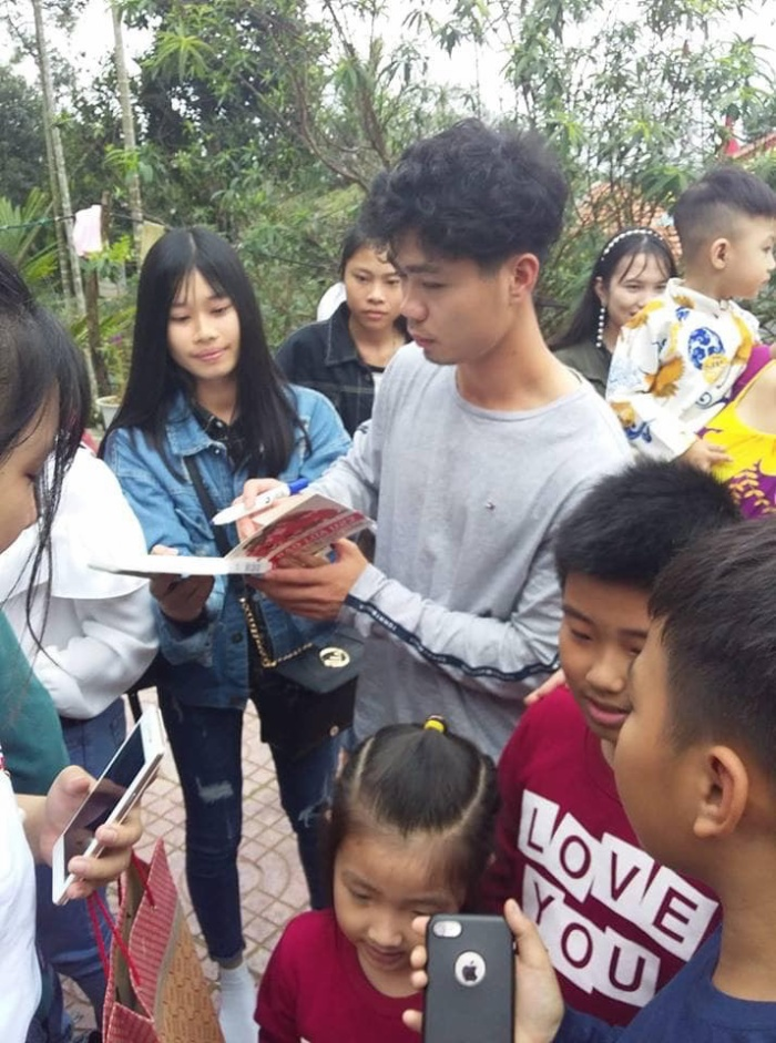 Nhiều em học sinh, sinh viên rất hâm mộ Công Phượng. Ảnh: Hóng