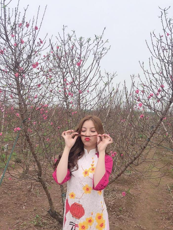 Nhật Lê - bạn gái Quang Hải là cô nàng tiên phong cho trào lưu này. Nhật Lê chọn 1 bộ áo dài màu hồng vừa trẻ trung năng động,vừa tôn được làn da trắng của mình.