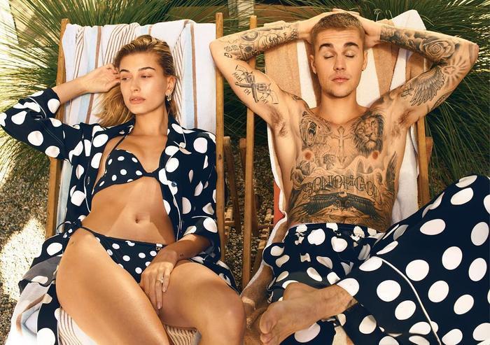 Hailey xinh đẹp trong bộ bikini chấm bi khoác ngoài dạng pyjamas thì anh chồng có chiếc quần màu tương tự.