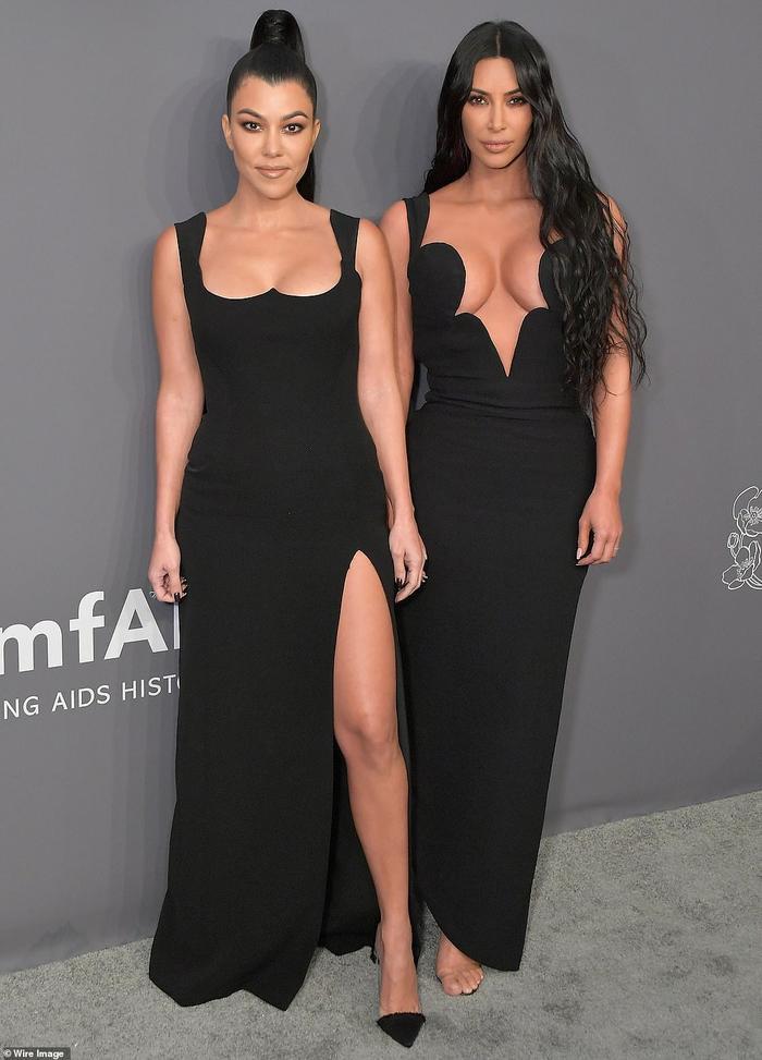 Chị em nhà Kardashian diện váy đen sang trọng và gợi cảm