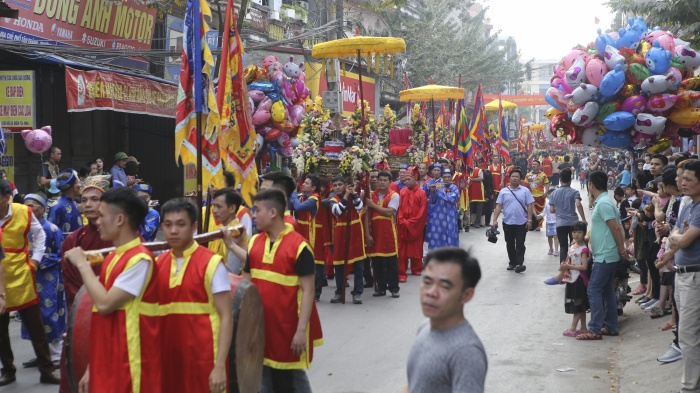 Pháo Nhất, pháo Nhì được rước đi từ nhà truyền thống. Đây vừa là nơi lưu giữ pháo, vừa là địa điểm diễn ra các hoạt động sôi nổi trước khi lễ rước pháo bắt đầu. Lễ hội rước pháo Đồng Kỵ đã khởi đầu cho mùa lễ hội giàu bản sắc của vùng đất Bắc Ninh - Kinh Bắc.