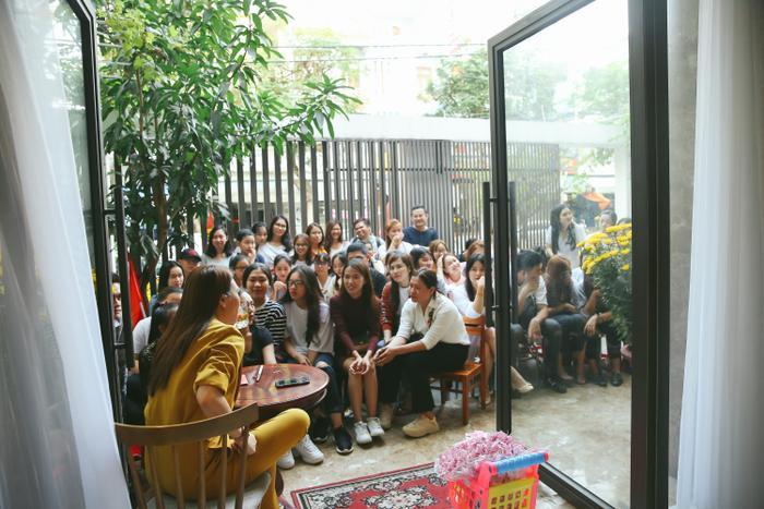 Rất đông người hâm mộ đã có mặt tại nhà riêng của nữ ca sĩ.
