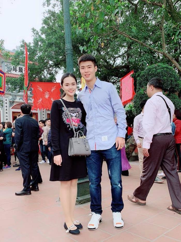 Cô nàng Quỳnh Anh lại dành thời gian những ngày đầu năm Kỷ Hợi bên bạn trai Duy Mạnh để đi chùa cầu bình an.