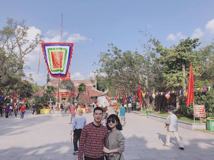 Hot girl Thuỳ Dương cùng tiền vệ Huy Hùng cũng dành thời gian đi chùa đầu năm.